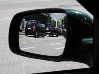 jak poprawnie korzystać z lusterek samochodowych?