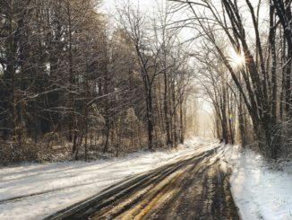 Jak zachować się na śliskiej drodze, gdy nie zdążyliśmy zmienić opon na zimowe?